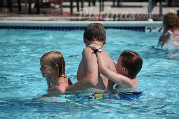 Você sabe como tratar manchas em piscinas?