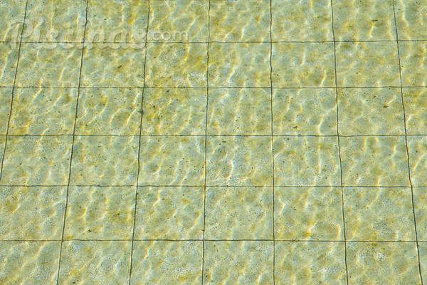 O que fazer se a água da piscina ficar amarelada?