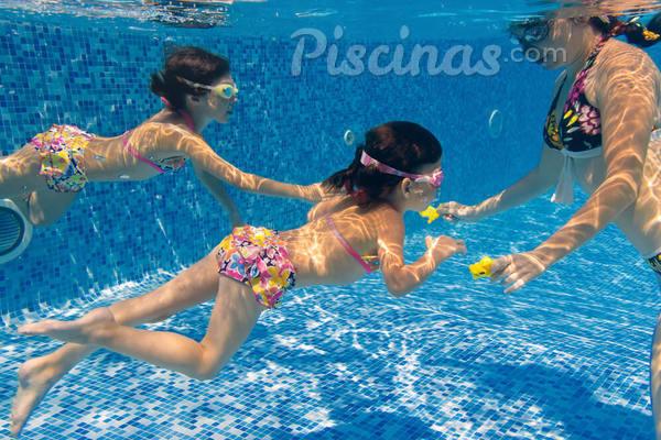 10 Brincadeiras de piscina seguras para toda a familia