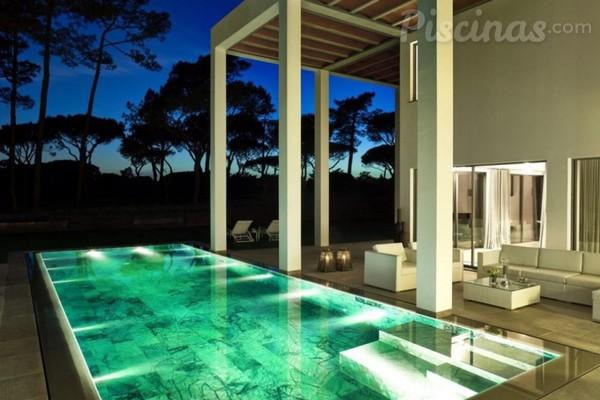 Os segredos da iluminação de uma piscina