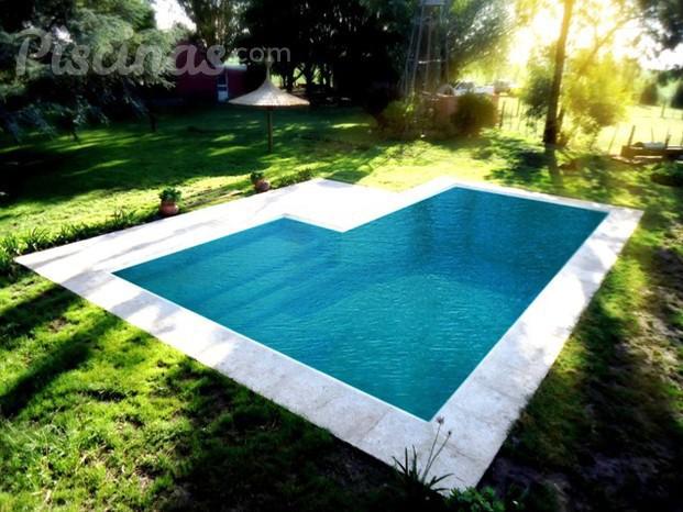 Piscina estilo moderna com prainha for Empresas de piscinas